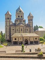 Außenaufnahme der Klosterkirche Maria Laach in der Eifel