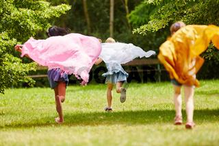 Kinder mit wehenden Tüchern
