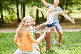 Aktive Familie hat Spaß auf der Schaukel