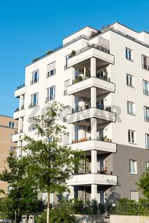 Neues weisses Mehrfamilienhaus in Berlin