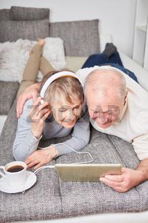 Senioren hören Musik im online Streaming
