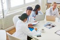 Studenten im Medizinstudium lernen