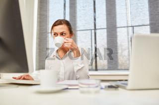 Geschäftsfrau trinkt eine Tasse Kaffee