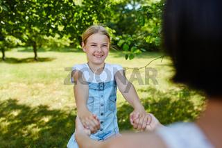 Mädchen hält Freundin an den Händen