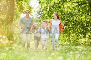 Familie und Kinder im Frühling in der Natur