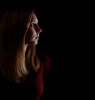 Junge blonde Frau schaut nachdenklich zur Seite