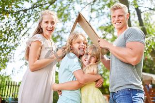 Familie und Kinder freuen sich auf Haus