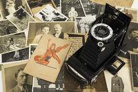 Nostalgische Fotografien mit historischen Filmtaschen und Rollfilmkamera, Genealogie