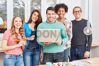 Junger Entrepreneur mit Laptop und Start-Up Team