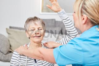 Seniorin macht eine Reha Übung