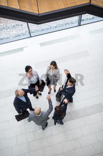 Business Team motiviert sich mit einem High Five