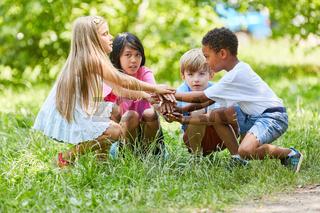 Multikulturelle Gruppe Kinder stapelt Hände