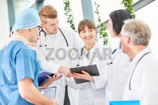 Junge Ärzte im Chirurgie Team