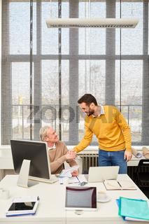 Berater und Senior schütteln sich die Hände