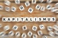 Kapitalismus Politik Wirtschaft reich Finanzen Geld Würfel Business Konzept