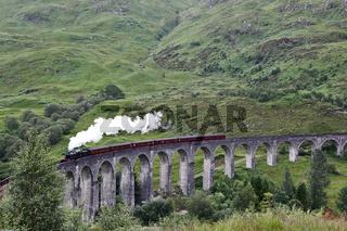 Glenfinnan Viaduct mit Dampfeisenbahn