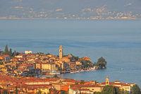 Luftaufnahme der Stadt Salo am Gardasee in Italien