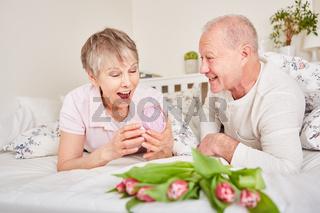 Seniorin freut sich über ein Geschenk