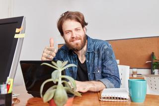 Startup Gründer hält den Daumen hoch