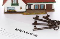 Mietvertrag mit Haus und Schlüssel