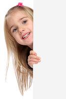 Kind kleines Mädchen lachen Werbung Marketing Schild leer Textfreiraum Copyspace Freisteller