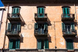 Balkone in der Altstadt von Bosa in Sardinien