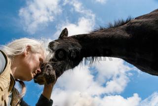 Frau mit Pferd in Harmonie
