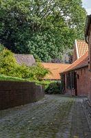 Gasse in dem Warfendorf Rysum, Ostfriesland