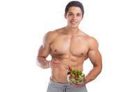 Salat essen Bodybuilding Bodybuilder Muskeln gesund Gesundheit Mann muskulös Freisteller