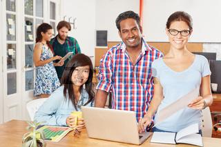 Multikulturelles Startup Team am Laptop