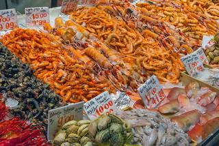 Fische, Tintenfische und Schalentiere auf einem Markt