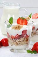Erdbeerjoghurt Erdbeer Joghurt Jogurt Erdbeeren Glas Früchte Müsli Hochformat Frühstück