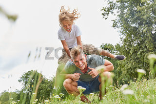 Junge beim Bockspringen mit seinem Vater