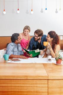 Studenten in einem kreativen Workshop