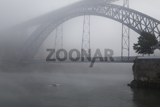 Brücke, Bogenbrücke Ponte Dom Luís I über den Douro, Nebel, Porto, Portugal, Europa