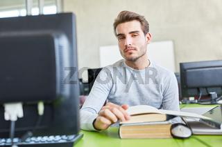 Student lernt für das Examen