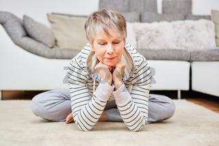 Ältere Frau macht eine meditative Übung