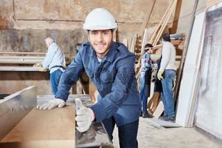Handwerker als Schreiner hobelt Holz