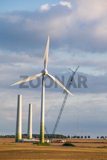 Aufbau von Windrädern zur Energieerzeugung