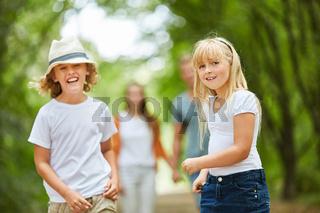 Zwei Kinder haben Spaß bei einem Spaziergang