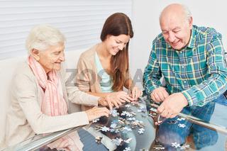 Senioren Paar beim Puzzle spielen gegen Demenz
