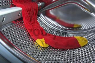 Eine Socke liegt in einer Waschmaschine