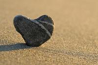 Steinherz im Morgenlicht am Strand