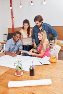 Startup Team diskutiert ein Projekt