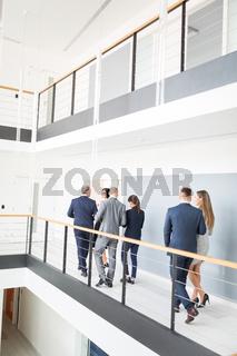 Geschäftsleute als Berater Team im Treppenhaus