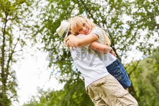 Mädchen umarmt glücklich ihren Freund