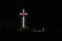Illumination eines Kreuzes mit rotem Herz