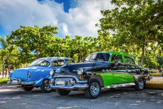 HDR - Amerikanischer schwarzer güner und blauer Oldtimer parken in Varadero Kuba - Serie Cuba Report