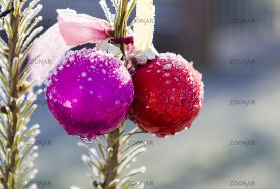 Weihnachtskugeln mit Schnee