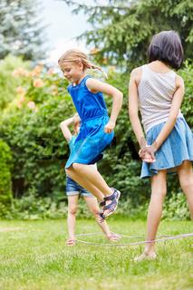 Mädchen haben Spaß beim Hüpfspiel